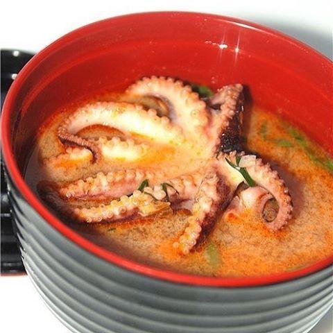 СУП ИЗ МОЛОДЫХ ОСЬМИНОГОВ Молодые осьминоги (замороженные) 10 штучек Коктейль из морепродуктов (креветки, каракатица, кальмары) 0.5 кг Кокосовое молоко 1 л. Лук порей 1 шт. Паста для супа Том Ям 1 пачка  Сушеный чили (крупного помола) 1 ч.л. Рыбный соус 1 ч.л. Зеленый лук 4 перышка Черный перец (крупного помола) Морковь 1 шт. Чеснок 2 зубчика Молотая паприка 1 ч.л. Кинза несколько веточек  В кастрюлю налить кокосовое молоко и довести до кипения.  Добавить пасту дя том ям, дать закипеть…