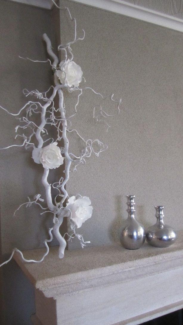 decoratietak kronkeltak met zijde rozen op schoorsteen schouw.Makelijk zelf te maken.  Witte kronkeltakken en witte rozen zijn verkrijgbaar op webschop decoratietakken