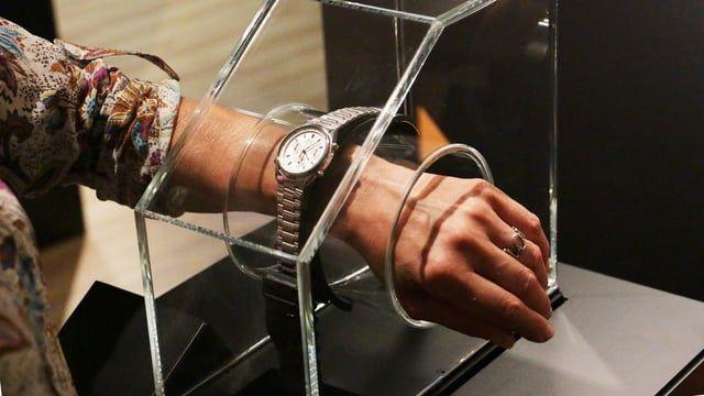Slip your wrist into the display case and choose your model, just like James Bond!  Watchtester : Une vitrine qui permet d'essayer les montres portées par James Bond, pour de vrai! Enfilez votre poignet dans la vitrine et choisissez votre modèle, comme James Bond!