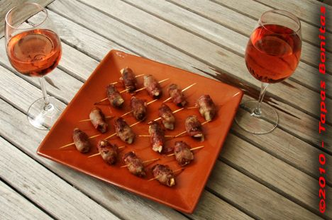 Pinchos Jamon con Datil y Queso (Dates stuffed with goat cheese, wrapped in bacon)
