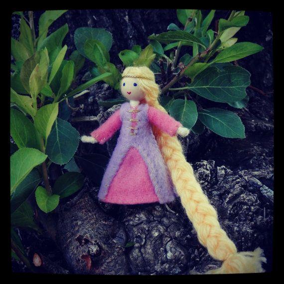 Poupée Raiponce - Miniature emmêlés princesse poupée - Waldorf inspiré - poupée bandé