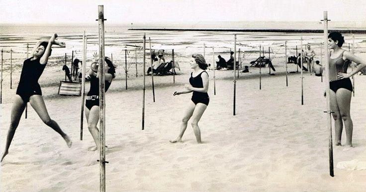 Meninas jogando ao ringue na praia em frente ao Miramar em Lourenço Marques, Setembro de 1961.