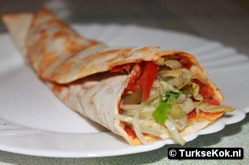 lahmacun turkse pizza, heerlijk gevuld met verse groente als sla, tomaat, ui, peterselie, augurken en komkommers. Voor het deeg iets meer melk en water toevoegen voor een goed deeg