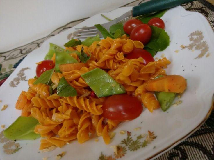 Macarrão de milho e tomate seco cozido no gengibre, com cenoura e ervilha.