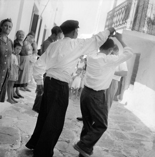 Άνδρες χορεύουν. Μύκονος, 1950-1955 Βούλα Θεοχάρη Παπαϊωάννου