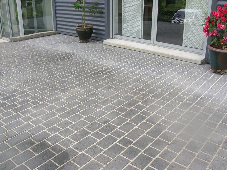 Très belle terrasse en béton Articimo® imprimé agrémenté d'une couleur ardoise neutre qui valorise le bâti de la maison.