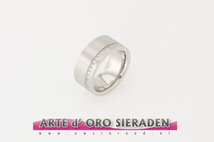 Handgemaakte witgouden brede band ring met briljant geslepen diamanten in strakke baan.