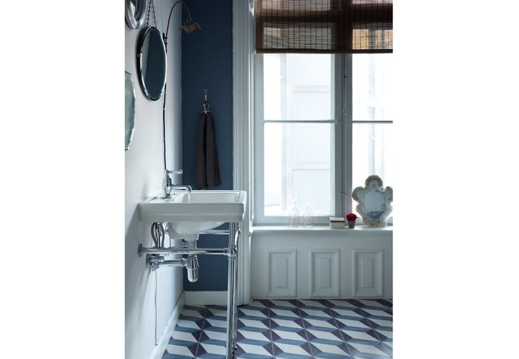 Even the same blue tone in the bathroom!