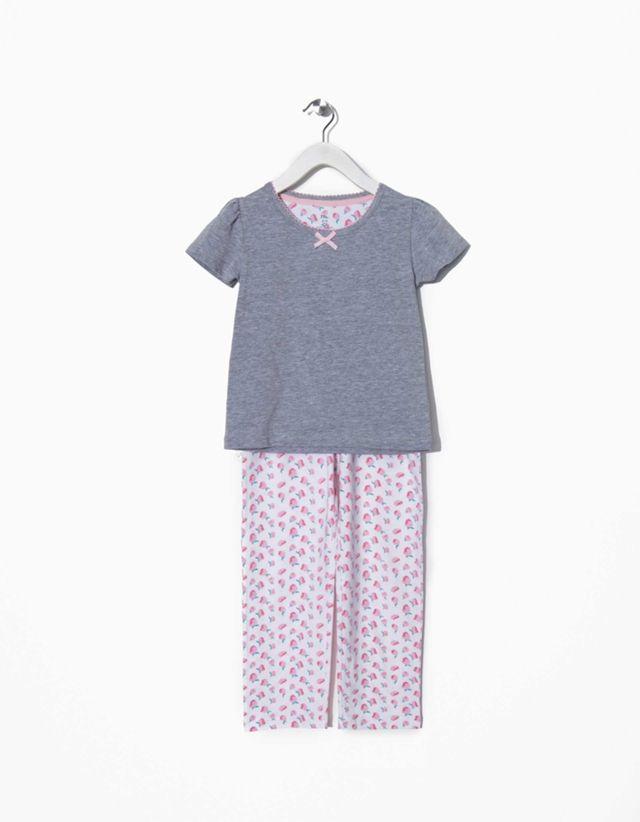 Pijama com t-shirt e acabamento extra suave. Jogo de pregas nos ombros, laço aplicado à frente, gola com acabamento em picot e…