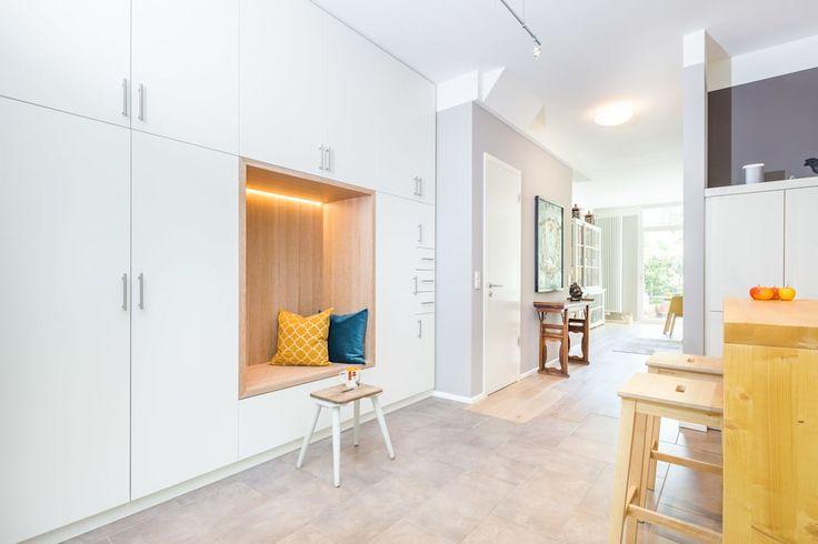 Wenn die Küche direkt im Eingangsbereich ist und man dort sowohl Platz zum Sitzen, aber auch Stauraum braucht...: moderne Küche von Agnes Lobisch   Gestaltung leben