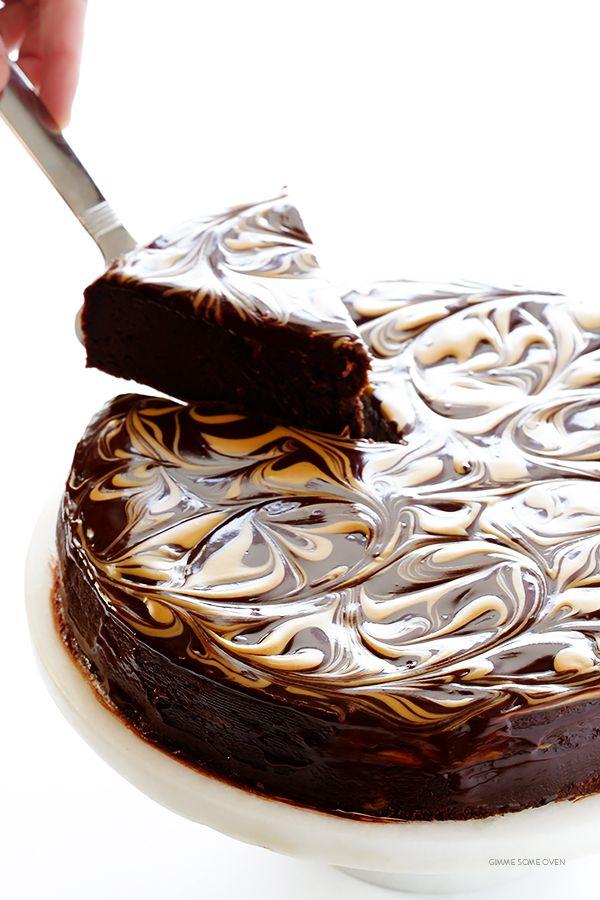 Erdnussbutter Flourless Chocolate Cake - hergestellt mit nur 5 einfachen Zutaten und so reichhaltig und lecker!   gimmesomeoven.com