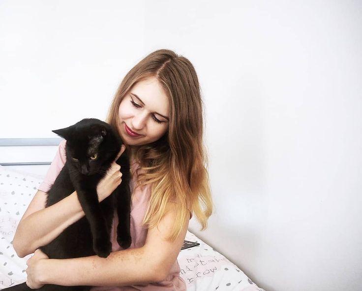 Razem z moim czarnym kotem życzymy Wam dużo szczęścia w ten piątek 13-ego! #friday #fridaythe13th #piątek #czarnykot #szczęście #happiness #october #october2017 #ja #selfie #me #instagirl #polishgirl #kot #kotek #cat #catslover #catstagram #blackcat #igers #igerslondon #photooftheday