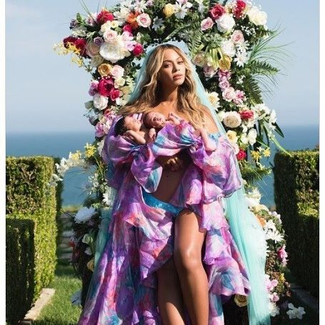 #MaterniCeleb #Beyoncé nos presenta a sus #gemelos Rumi y Sir Carter, a un mes de su #nacimiento, en #Instagram como sólo ella lo puedes hacer...