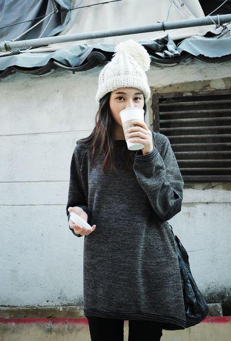 この冬も大人気のニット帽。ただかぶるだけではもったいない!ちょっとした髪型の工夫でより素敵に見えるんです♪ニット帽に合う髪型をご紹介します。