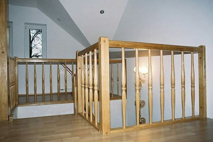 """Według wikipedii """"Balustrada – ażurowe lub pełne zabezpieczenie (ogrodzenie) schodów, tarasów, balkonów, dachów, wiaduktów, mostów itp., montowane zazwyczaj na krawędzi zabezpieczanego elementu i pełniące jednocześnie funkcję ozdobną. Balustrada może być również ażurową przegrodą pomiędzy pomieszczeniami"""". A jak Wam podoba się nasza balustrada? #schody #schodymika #schodydrewniane #balustrada #wnętrze #dom"""