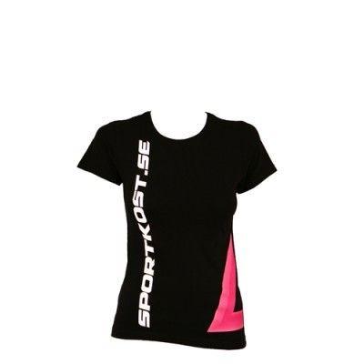Snygg och bekväm tränings t-shirt från Sportkost. Svart färg med rosa och vit logga! ✔Träningskläder online ✔Fri frakt över 500 kr ✔Snabba leveranser 2-4 dagar