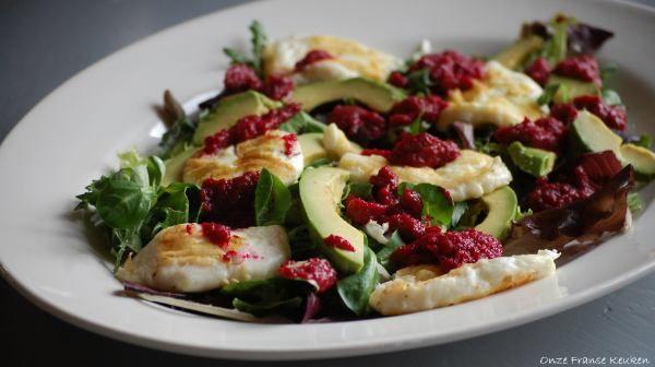De zoute smaak van halloumi, deromige structuurvan avocado en de zoet- aardse tonenvan rodebiet.Wat een fijne combinatie is dat!Deze salade is niet alleen lekker, hij ziet er ook prachtig uit.