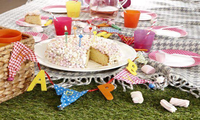 Kinderverjaardagstaart met marshmallows  -  Op een kinderverjaardag mag de taart niet ontbreken!  Bak deze met vrolijke taart met Wolken vanille.
