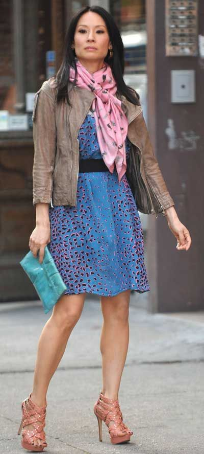 Lucy Liu, star of #Elementary, adds a nice touch to her dress with a scarf.  Find your scarf: www.whatscarf.co.uk