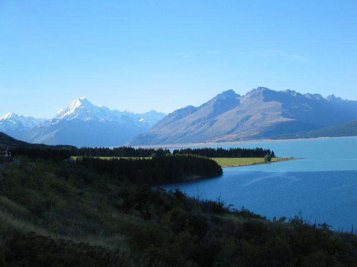 In 101 Clicks um die Welt - Faszination Mount Cook & Fox Gletscher Die weißen Gipfel des Mount Cook und überragen die Südalpen. Der 707 km² große Mount-Cook-Nationalpark, Māori Aoraki befindet sich auf der Südinsel Neuseelands. Namensgeber des Nationalparks ist der Mount Cook, mit 3724  der höchste Berg der Neuseeländischen Alpen. Seit 1990 gehört das Gebiet zum Weltnaturerbe der UNESCO. #reisedichschlau #schlauaufreisen #newzealand #Neuseeland