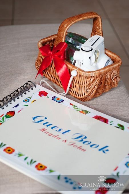 Polaroid guest book at folk style wedding / księga gości z Polaroidem na folkowym weselu / wedding planner: Kraina Ślubów, Poland