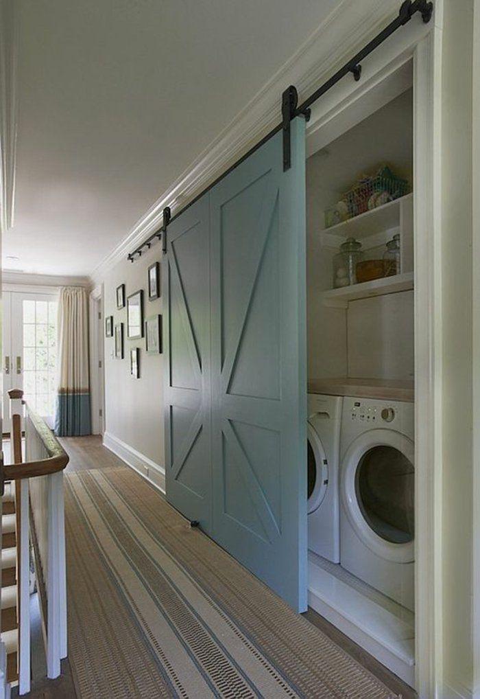amenagement-buanderie-machine-à-laver-et-machine-à-sécher-cachées-dans-le-couloir