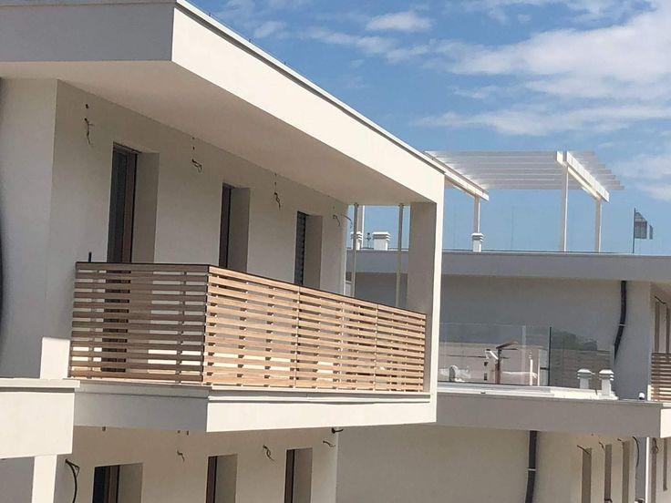 Balcone con pannelli HPL a doghe orizzontali tinta legno