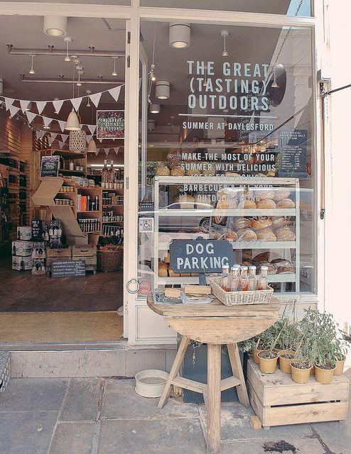 オーガニックフードのお店。 ワンちゃんステーション、は街中の店が設置しててピースフルなアイデア