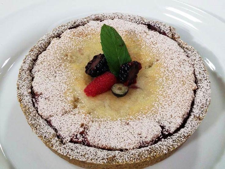Foto della crostata con canapa, mandorle e frutti rossi
