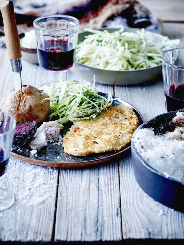 Kalfsschnitzel met koolsalade, gepofte aardappelen en rode bieten - Libelle Lekker