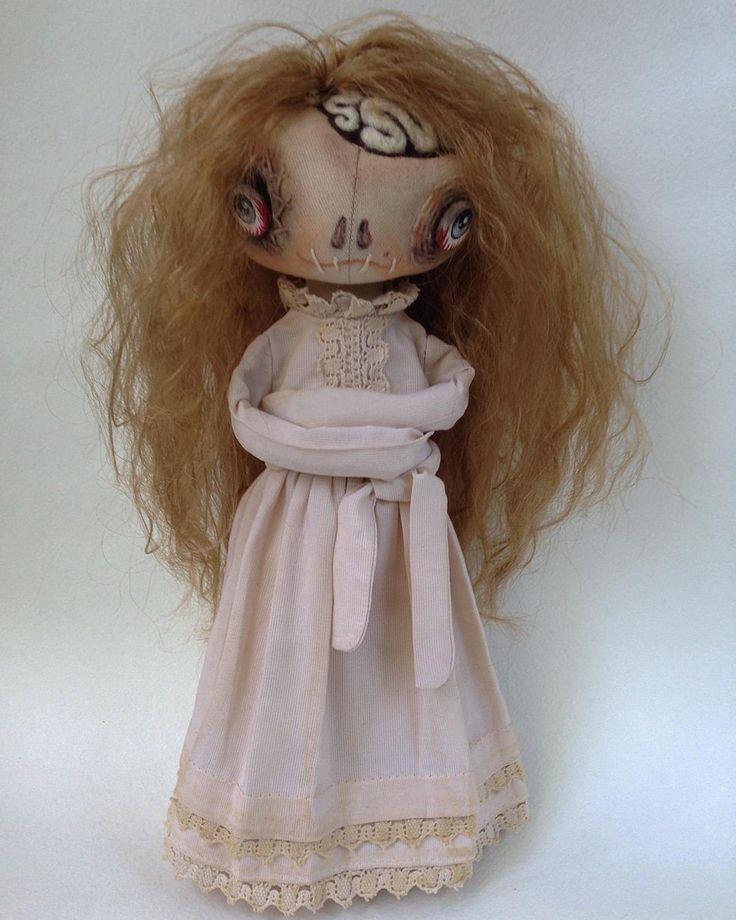 Не довольна своей фигурой, не помогает диета Елены Малышевой, твой аппетит в бешенстве и руки постоянно тянутся к холодильнику?! Выход один - смирительная рубашка! Завяжи с дурными привычками и результат не заставит тебя ждать! #кукла #куклаизткани #текстильнаякукла #авторскаякукла #антиняшка #другиекуклы #страшнокрасиво #страшнокрасивая #красотастрашнаясила #artdoll #doll #dolls #dollstagram