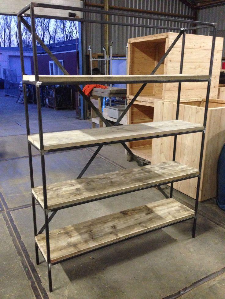 Kast met legplanken van steigerhout en stalen frame.