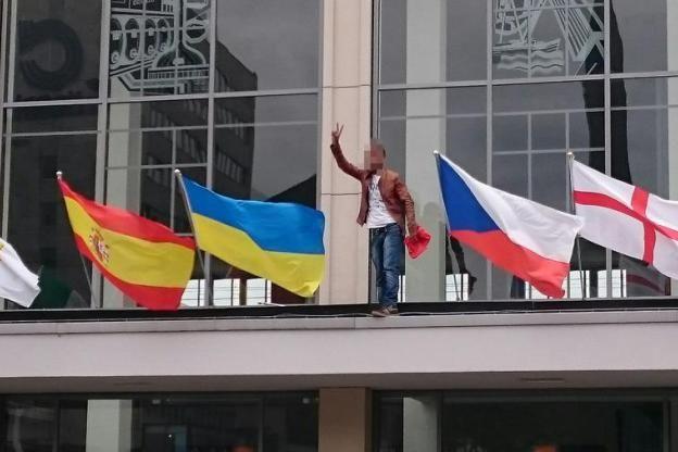 """20.6.2016 Bereits zum dritten Mal innerhalb weniger Wochen kletterte ein 19-jähriger syrischer Flüchtling auf das Vordach des Dortmunder Hauptbahnhofs und brach dort die türkische Fahne ab. Dabei schrie er """"Erdogan Terrorist"""". Der junge Mann spricht die Wahrheit und setzt ein Zeichen, dass man nur begrüßen kann. Aber die Regierung findet Erdogan ja bekanntlich demokratisch und rechtsstaatlich."""