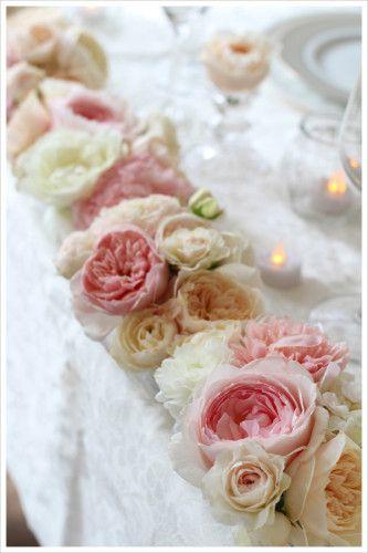 スイートな雰囲気のメインテーブルアレンジ。 フリルやレースのようなオールドローズの花びらがとってもロマンチック。 グリーンや実を使わずにパステルカラーだけでまとめたデザインで女性らしい優しい印象に。