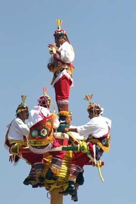 Los voladores de #Papantla, estado de #Veracruz, esperando concentrados empezar su tradicional ceremonia.