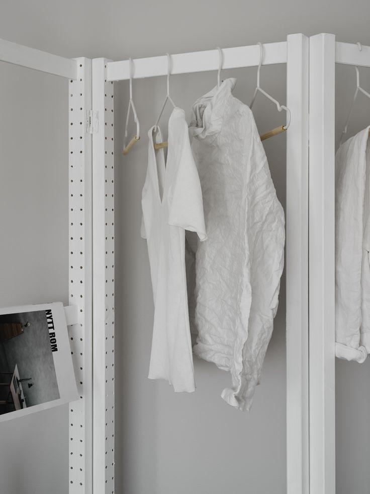Enkel och dekorativ klädförvaring tillverkad av hyllgavlar i serien IVAR från IKEA som försetts med gångjärn så att de bildar en vikskärm. Ett par mellanstat kapades av för att ge utrymme för hängande kläder och därefter målades allt i vitt.