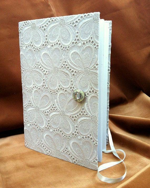 Hochzeit Gästebuch öffnet - Scrapbookalbum - Spitzen-Stoffbezug - mit Crystal eingebettete grünen Emaille Button und weißem Satinband