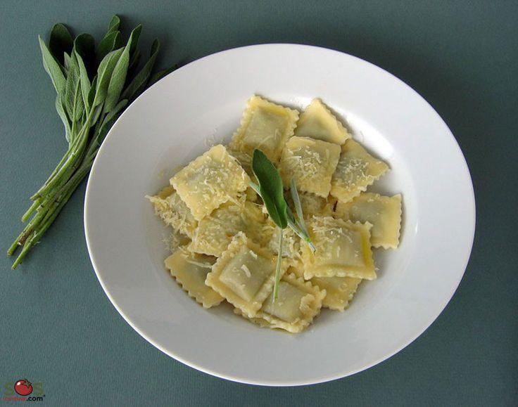SOSCuisine: #Ravioli beurre et #sauge  Le bon jumelage sauce-pâtes est presqu'une science en Italie et chaque cuisinier a sa propre opinion sur ce sujet. Par contre, tous sont d'accord sur le fait que les pâtes farcies, comme les ravioli qui ont déjà beaucoup de goût, ne gagnent pas à être apprêtés avec une sauce trop puissante. Un bon choix des plus appréciés, et des plus faciles à faire, est la sauce « Burro e Salvia ».