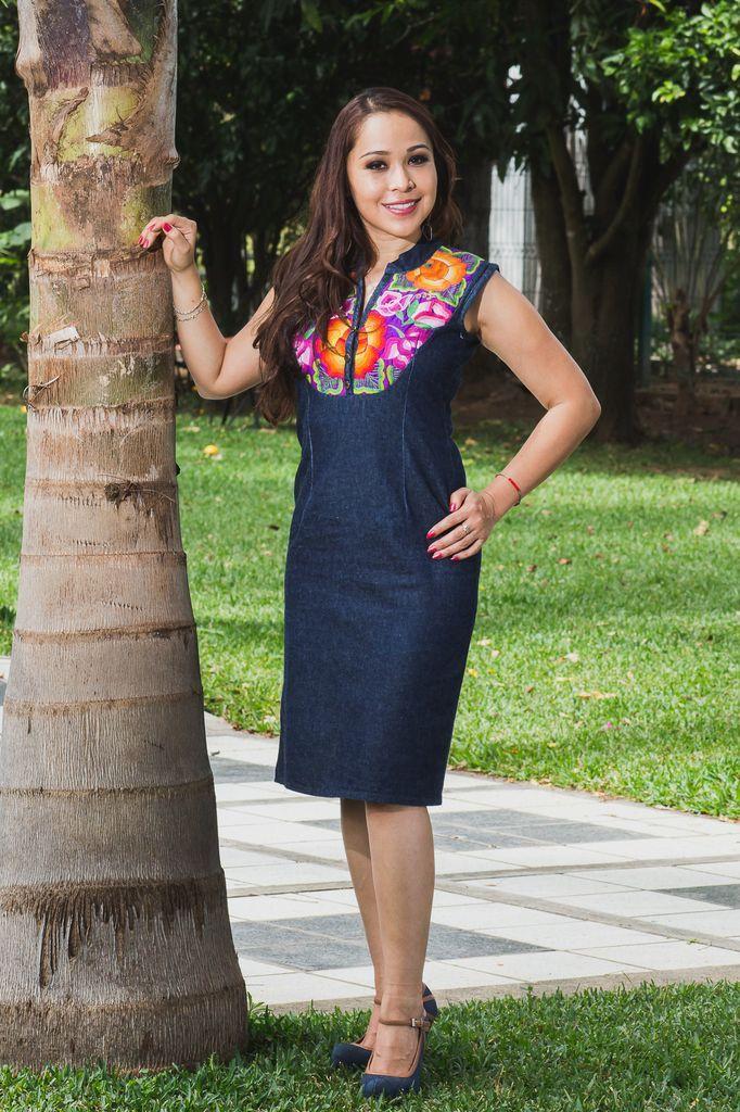 Tela: Mezclilla Tipo de bordado: A mano con aguja Región en que elabora: Istmo de Tehuantepec, Oaxaca, México Diseño: Vestido en corte recto sin manga, particularmente con 3 flores acomodadas en triángulo