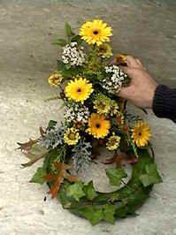allerheiligen bloemschikken allerzielen - bloemenkrans voor op graf - grafstuk maken bloemstuk bloemschikken Allerheiligen