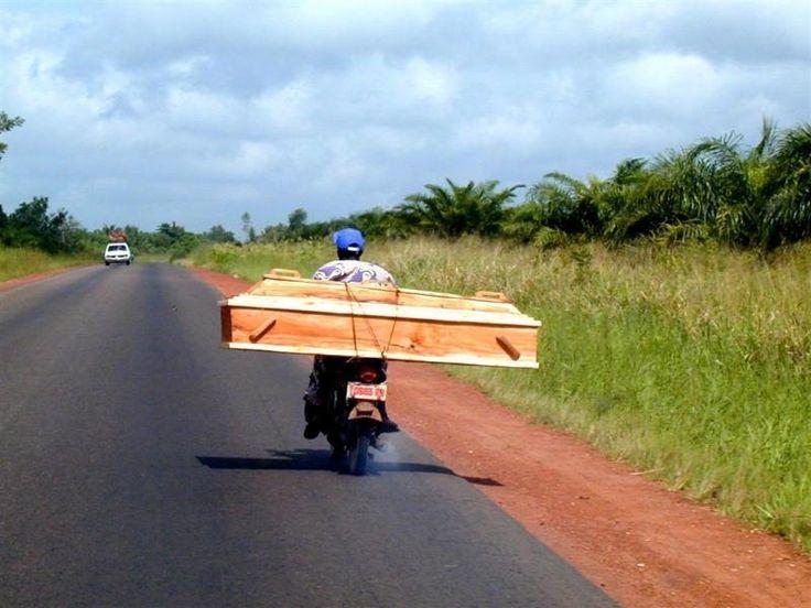 Un cercueil peut il tomber d'un corbillard ?