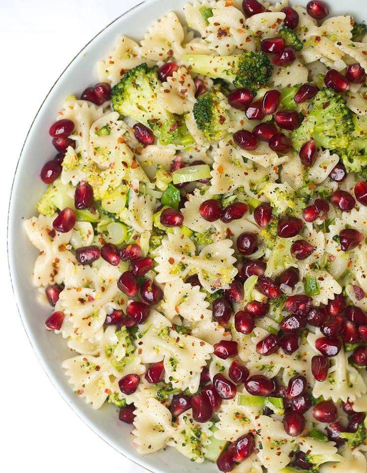 Einfach und lecker genießen, zum Beispiel mit diesem Nudelsalat mit Brokkoli und Granatapfel! Vegan, günstig und gesund - am besten gleich ausprobieren :-)
