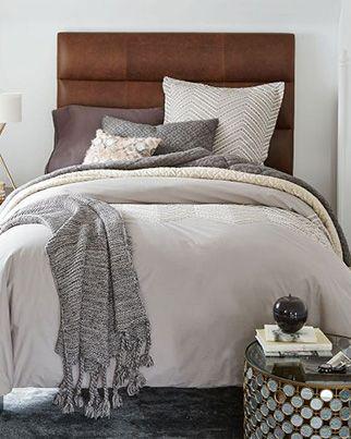 Quatre styles pour une tête de lit | CHEZ SOI   © West Elm #deco #chambre #tetedelit #lit #masculin #sobre #cuir