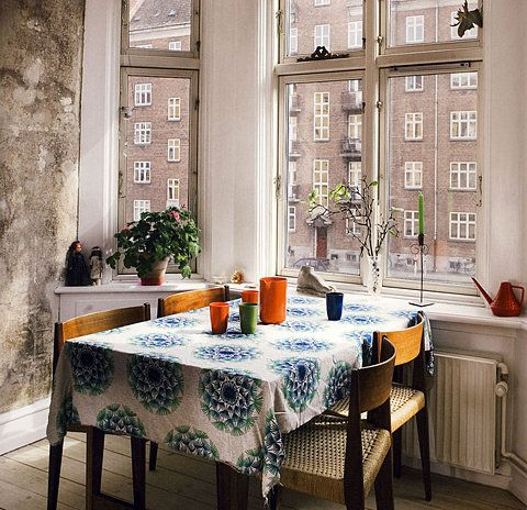 chrysanthemum pattern tablecloth: Dining Rooms, Breakfast Nooks, Design Interiors, Kitchens Tables, Apartment Living, Dining Nooks, Bays Window, Cities View, Dining Tables