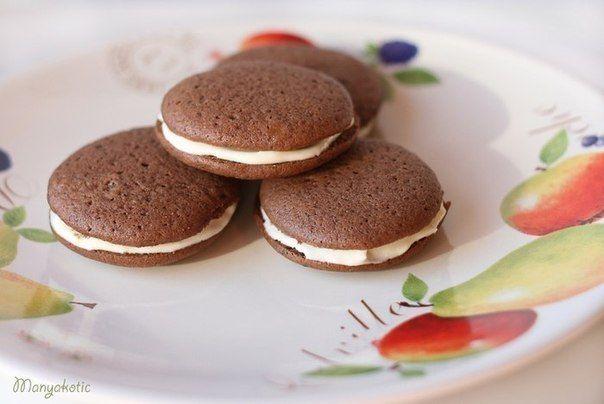 Еще больше рецептов здесь https://plus.google.com/116534260894270112373/posts  Шоколадные пирожные   Ингредиенты: Тесто -120 г масла -190 г сахара -2 яйца -270 г муки -5 ст.л. какао -1 ч.л. разрыхлителя -1/2 ч.л. соли -1 ч.л. ванильной эссенции -250 мл молока или пахты  Крем -250 г сахарной пудры -170 г масла -2 яичных белка -1 ч.л. ванильного экстракта -щепотка соли  Приготовление: 1. Разогреть духовку до 180°C. Смешать муку, какао, разрыхлитель и соль. Взбить сахар с маслом, продожая…