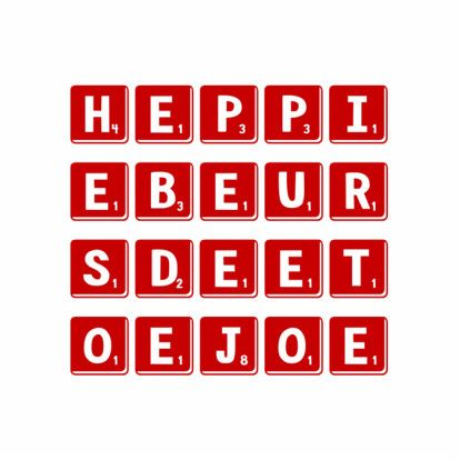 Strakke verjaardagskaart waarbij met scrabble letterblokjes de engelse verjaardagwens fonetisch is weergegeven.  Design: Lobol  Te maken bij: www.kaartje2go.nl
