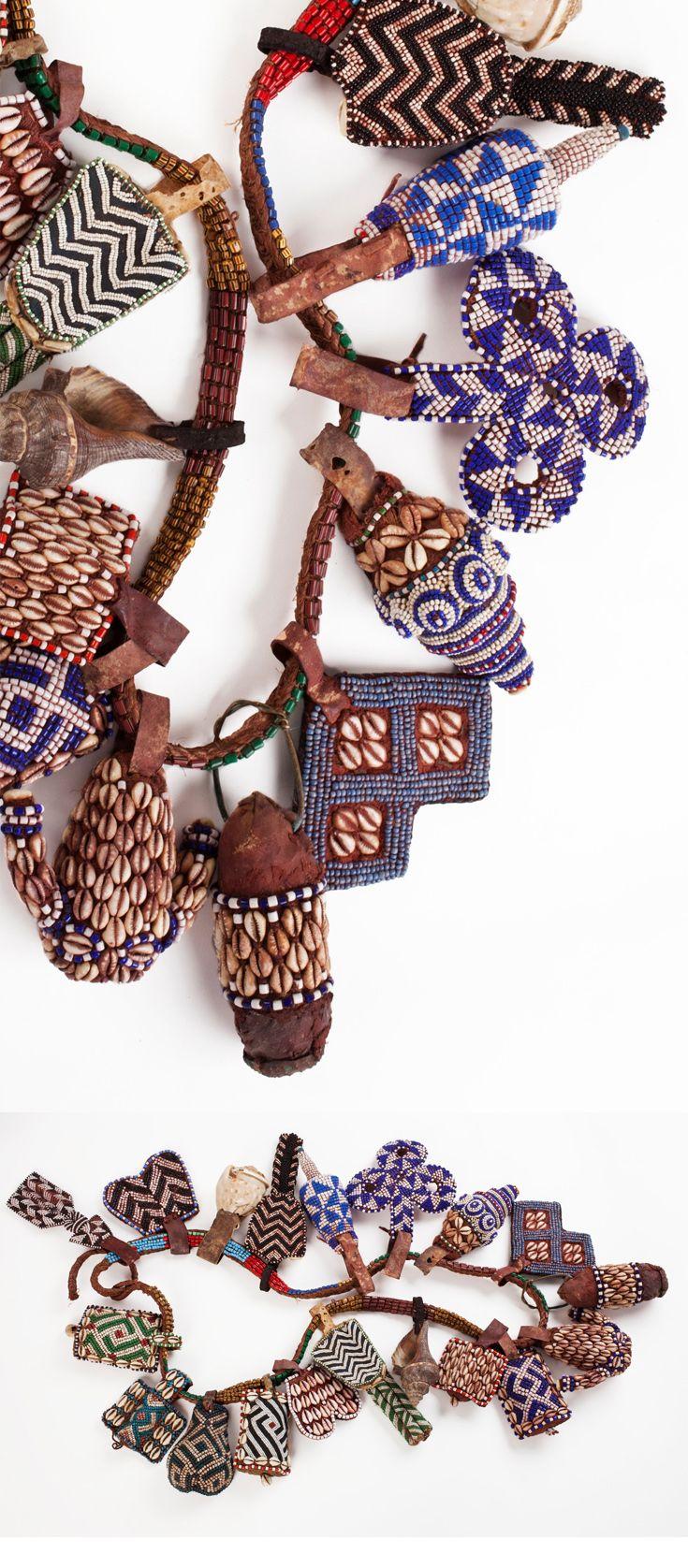 Piezas de artesanía local como collares, cinturones.. Sobre la cama, en el baño.