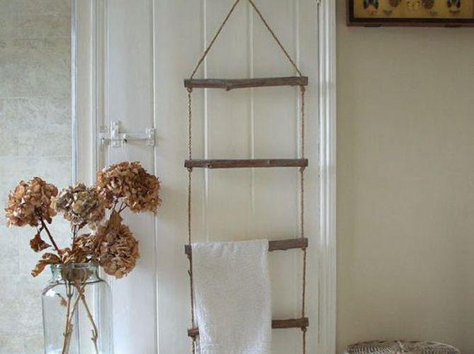 Une porte de salle de bains personnalisée via un porte-serviette en bois