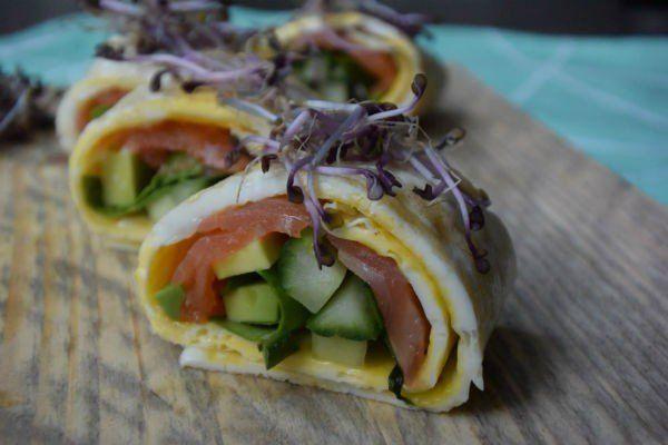 Koolhydraatarme sushi zonder rijst, met omelet en rode kool kiemgroenten
