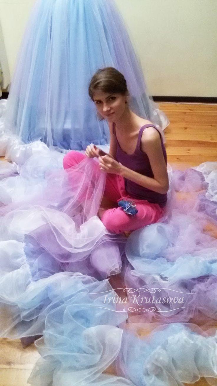 И таак... Я, собственно говоря приступила к пошиву. Начала шить платье Золушки. Вернее нижние юбки для Золушкиного платья.